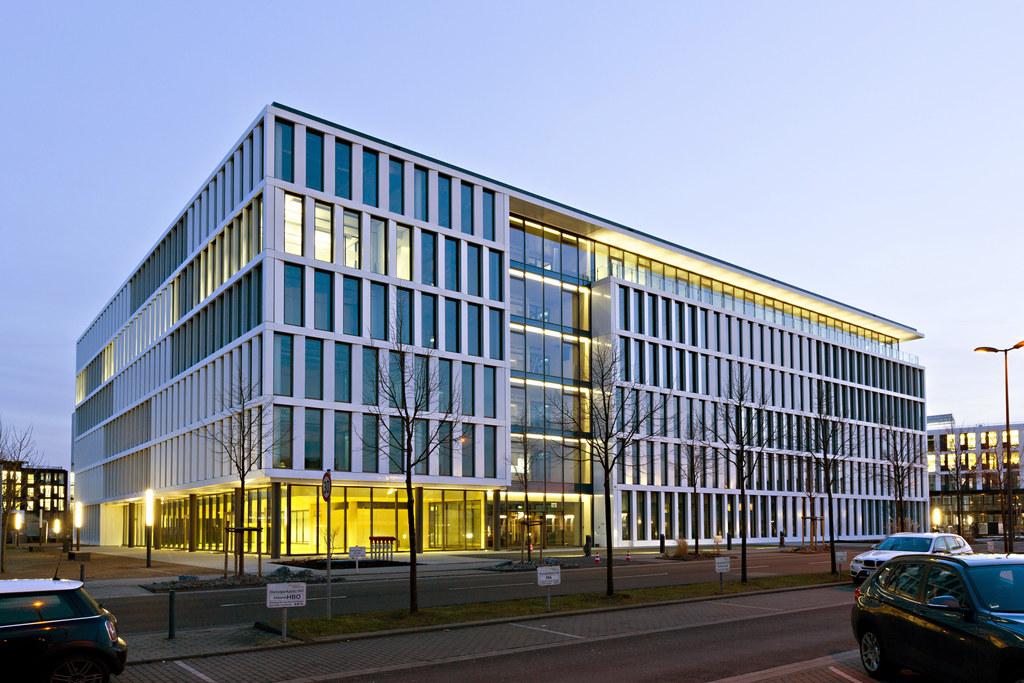 Wärme aus der Tiefe: Flughafen-Verwaltungsgebäude in Düsseldorf