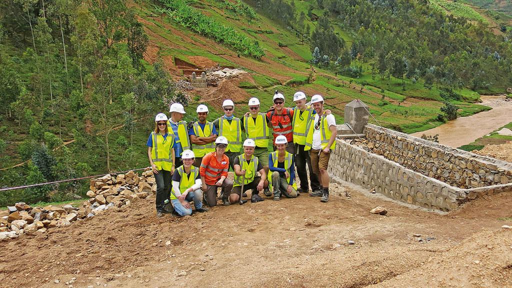 2017: Die sechste B2P-Brücke in Ruanda baute ein Team von HOCHTIEF-Mitarbeitern aus Europa und Australien im November 2017. In der Nähe der Ortschaft Nkuri im Distrikt Ngororero entstand eine fast 80 Meter lange Brücke.