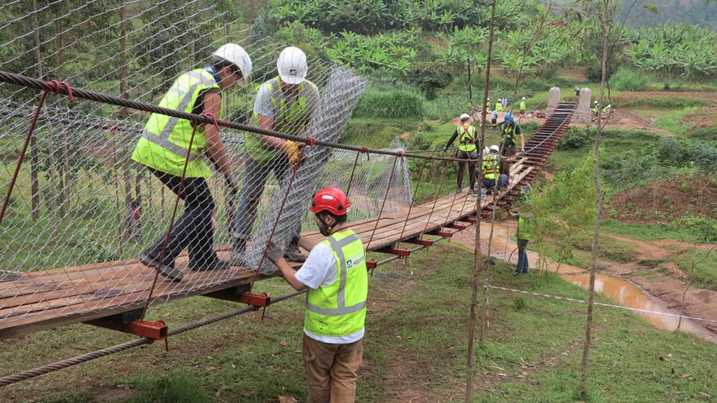 Ruanda 2014: Das Projekt Ngorero haben zehn HOCHTIEF-Mitarbeiter gemeinsam mit einheimischen Helfern und B2P 2014 fertiggestellt. 85 Kilometer westlich der Hauptstadt Kigali bauten sie eine Fußgängerbrücke mit 54 Meter Spannweite über den Fluss Kiromozi.