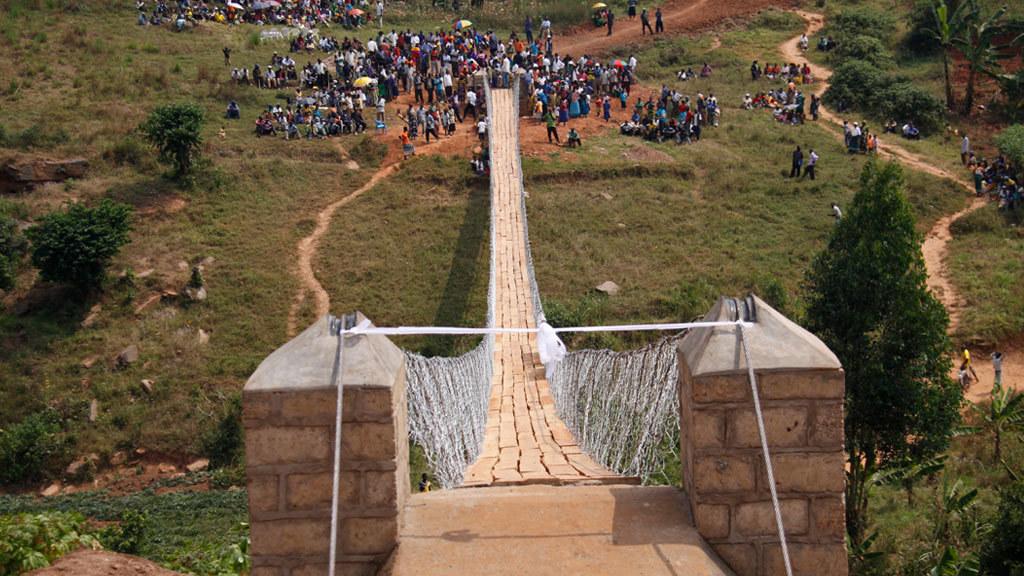 Ruanda 2012 - Kann eine Brücke in nur zwei Wochen entstehen? Ja, das geht, auch wenn es zunächst unmöglich erschien. Natürlich ist sie nicht vergleichbar mit der Öresundbrücke. Es ist eine Fußgängerbrücke, die sie in Ruanda im Sommer 2012 gebaut haben.