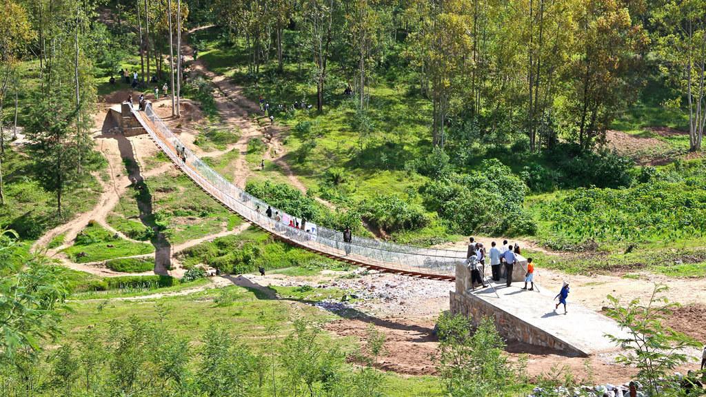 Ruanda 2015: Muguba - Die mehr als 70 Meter lange Hängebrücke aus Stahlseilen mit Holzgehbelag ist fertig. Zehn Mitarbeiter aus Deutschland, Großbritannien und Tschechien haben sie gemeinsam mit B2P errichtet – unter einfachsten Bedingungen.