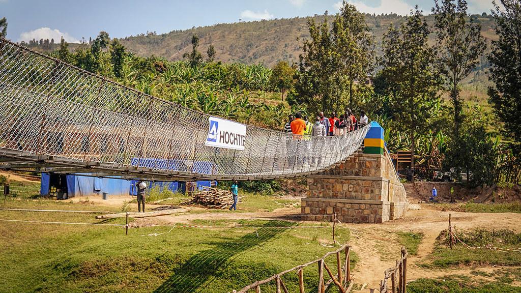 Ruanda 2021: Von der Ntaruka-Brücke profitieren insbesondere die Schülerinnen und Schüler der angrenzenden Schulen; denn das neue Bauwerk bietet mehr Sicherheit als das bisherige Provisorium, das während der Regenzeit oft überspült oder zerstört wurde.